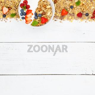 Müsli Frühstück Früchte Joghurt Erdbeeren Textfreiraum Schale quadratisch von oben