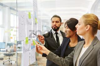 Geschäftsleute bei der Strategie Planung