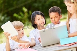 Gruppe Kinder in Teamwork am Laptop Computer