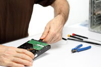 Fachmann montiert Computer