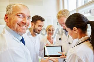 Ärzteteam bei der Diagnostik eines EKG