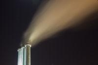 Kraftwerk Shornsteine bei Nacht