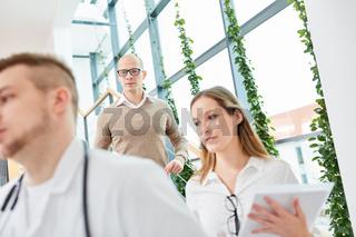 Junges Ärzteteam zusammen im Treppenhaus