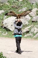 Junge mit Greifvogel, Grigorievka-Schlucht im Kungei-Alatoo-Gebirge, Yssykköl, Kirgisistan