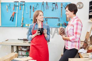 Frauen als Handwerker in einer Besprechung