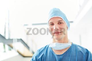 Junger Mann als Chirurg und Intensivmediziner