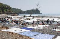 Waschtag an der Praia Messia Alves, Sao Tome, Afrika