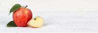 Apfel rot Obst Frucht Früchte Banner Textfreiraum auf Holzplatte