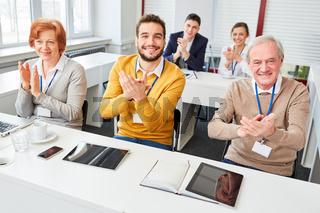 Geschäftsleute applaudieren nach Schulung