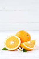 Frische Orangen Orange Frucht Früchte Hochformat Textfreiraum Holzbrett