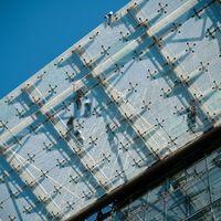 Monteure auf einem Glasdach in Berlin