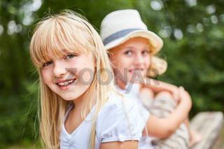 Blondes Mädchen lächelt glücklich