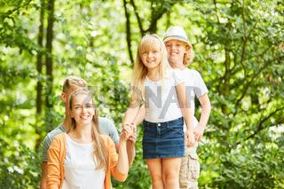Kinder und Eltern zusammen im Grünen