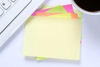 Leerer Notizzettel Zettel Notiz Textfreiraum Copyspace Nachricht Computer Schreibtisch