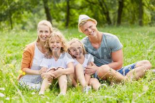 Glückliche Familie im Sommer auf einer Wiese