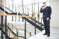 Startup Gründer telefoniert mit dem Smartphone