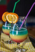 Bunter Cocktaildrink mit Orange als spritziges Partygetränk