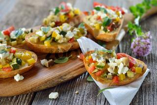 Crostini mit Gemüse und Feta
