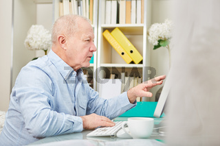 Älterer Business Mann am Computer Monitor