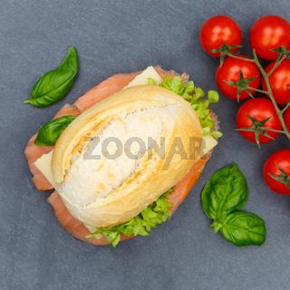 Brötchen Sandwich Baguette belegt mit Fisch Lachs Quadrat von oben Schieferplatte