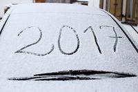 2017 an der verschneiten Autoscheibe