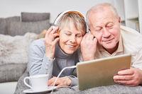 Senioren hören Musik zur Entspannung