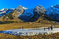 Skilangläufer auf improvisierten Loipen im schneearmen Winter, Savoyen, Frankreich