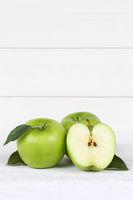 Äpfel Apfel grün Obst Frucht Früchte geschnitten Hochformat Textfreiraum auf Holzplatte