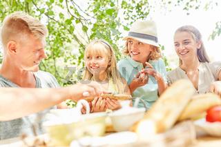 Familie und Kinder gemeinsam beim Frühstück