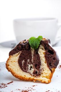 Marmorkuchen mit Puderzucker auf einen Teller auf weißem Hintergrund