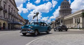 Amerikanische Oldtimer fahren auf der Hauptstrasse vor dem Capitolio in Havanna Kuba
