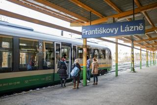 Zug der Vogtlandbahn im Bahnhof Franzensbad