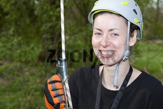 junge Frau mit Kletterseil