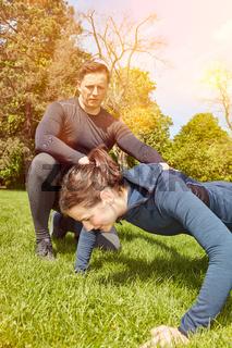 Frau macht Push-Up als Fitnesstraining im Sommer