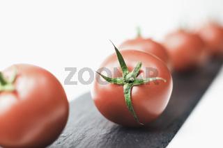 Italienische Tomate liebt Basilikum. Vorbereitung für die Vorspeise.