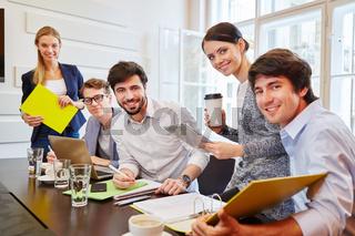 Erfolgreiches Start-Up Team im Meeting