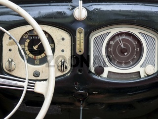 Oldtimer VW Kaefer Armaturenbrett mit Uhr und Tacho