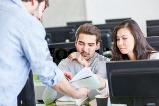 Studenten im Computer Workshop