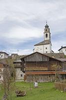 Sauris di sotto mit der Kirche zum Heiligen Oswald