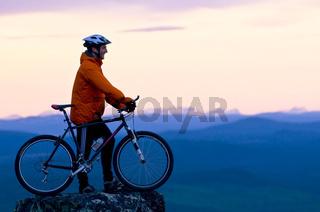 mountainbiker auf dem berg dundret, gaellivare, lappland, schweden, downhill cyclist on the mount dundret in swedish lapland