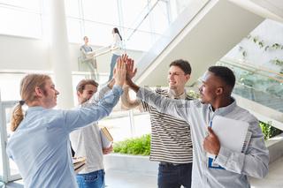 Studenten Team begrüßt sich mit High Five