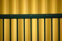 Spitzgezackter Zaun vor Container
