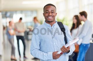 Junger afrikanischer Student am College