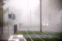 Straßenbahnschienen und Straßen im Nebel