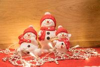 Schneemänner leuchten mit herzlichem Willkommensgruß