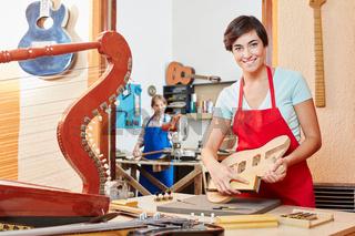 Frau in der Ausbildung zum Gitarrenbauer