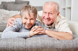 Glückliches Senioren Paar im Wohnzimmer