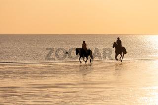 Reiter am Strand bei Sonnenuntergang