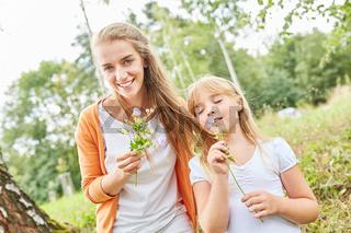 Mutter und Tochter pflücken Blumen