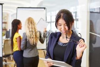Geschäftsfrau mit Tablet bei einer Analyse